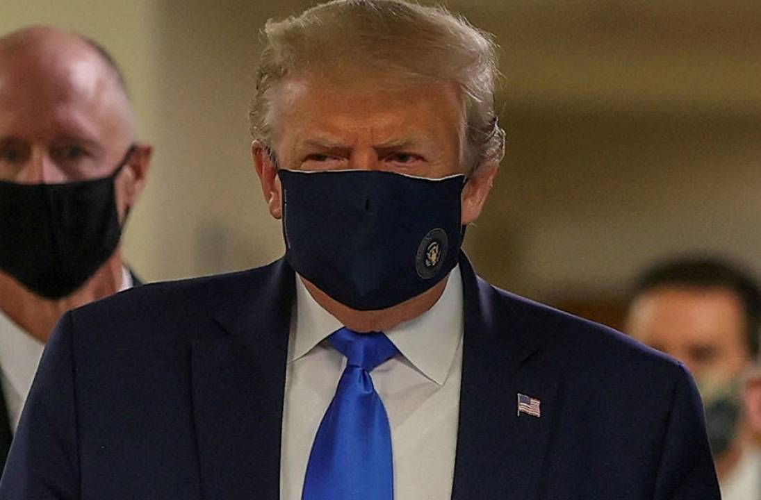 Trump wears facemask in public – eventually!